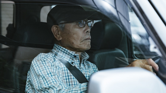 高齢者ドライバーと新入社員ドライバー